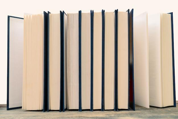 Gele pagina's oude papieren boeken. achtergrond voor educatieve teksten.