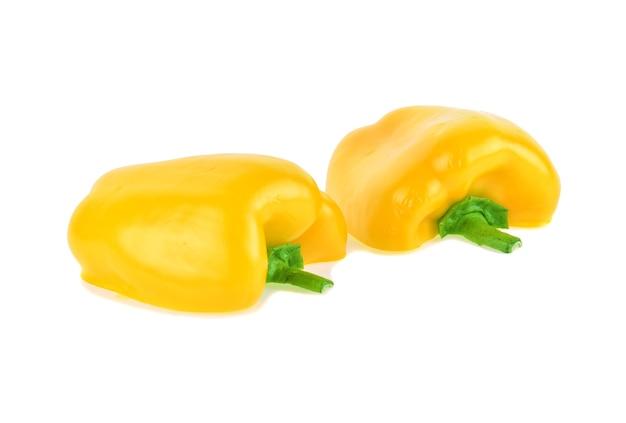 Gele paprika geïsoleerd op witte achtergrond