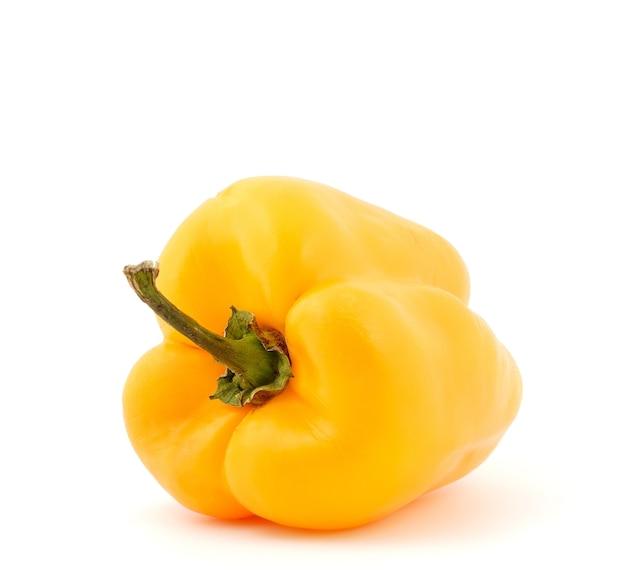 Gele paprika's op een witte achtergrond