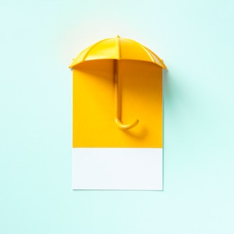 Gele paraplu die een schaduw giet