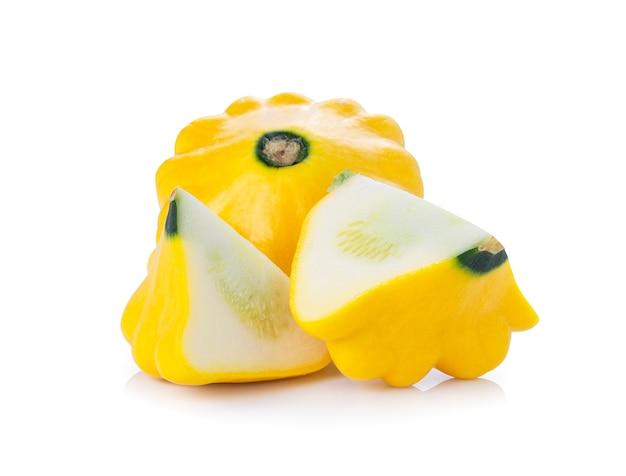 Gele pattypan squash geïsoleerd op een witte achtergrond.