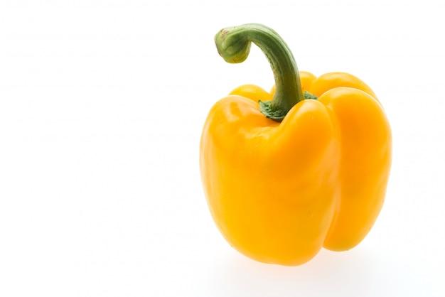 Gele peper die op wit wordt geïsoleerd