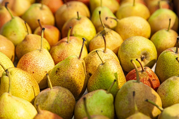 Gele peren met rode stippen in de supermarkt voorraad