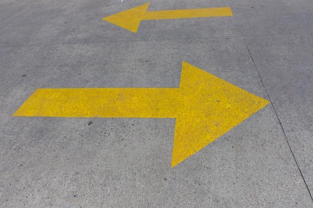 Gele pijlen in een parkeerplaats hoog uitzicht