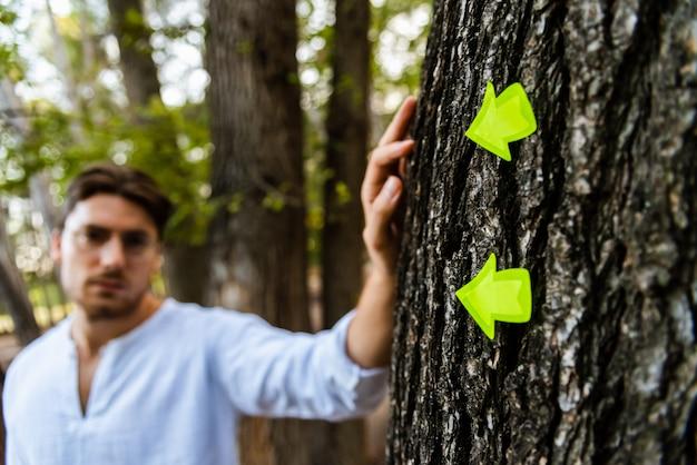Gele pijlen wijzen naar een man, wazig in de.