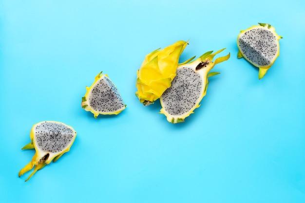 Gele pitahaya's of drakenfruit op blauwe achtergrond. kopieer ruimte