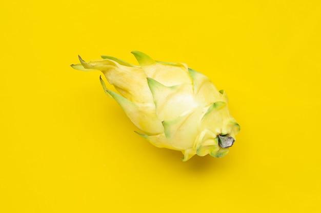 Gele pitahaya's of drakenfruit op gele achtergrond. kopieer ruimte