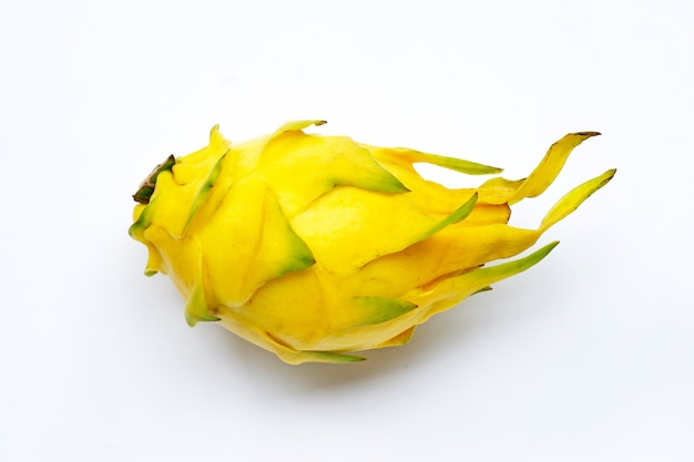 Gele pitahaya's of drakenfruit op witte achtergrond.