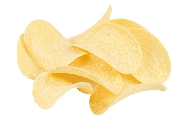 Gele plakjes chips met zure room en uien geïsoleerd op witte achtergrond close-up