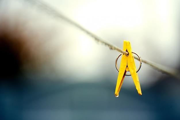 Gele plastic clip op het touw