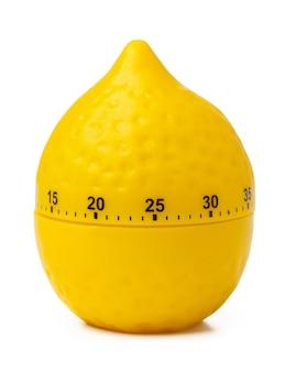 Gele plastic container voor citroen die op witte achtergrond wordt geïsoleerd