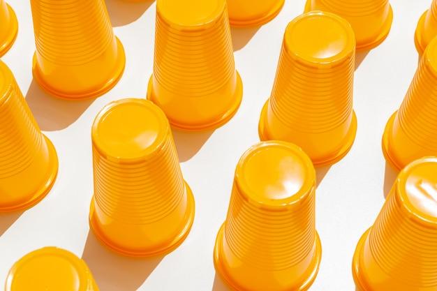 Gele plastic drinkbekers