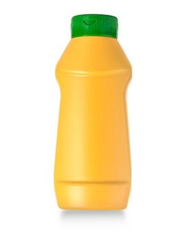 Gele plastic mosterdfles met uitknippad geïsoleerd op een witte achtergrond.
