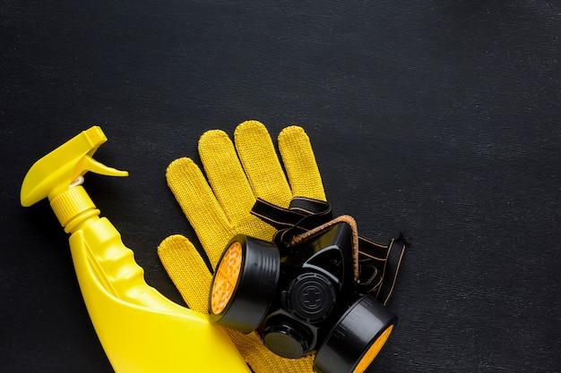 Gele reparatiespray en handschoenen met stofmasker