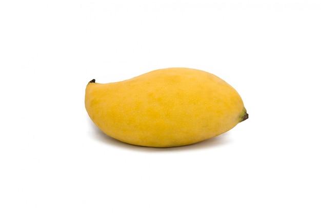 Gele rijpe mango geïsoleerd op een witte ruimte