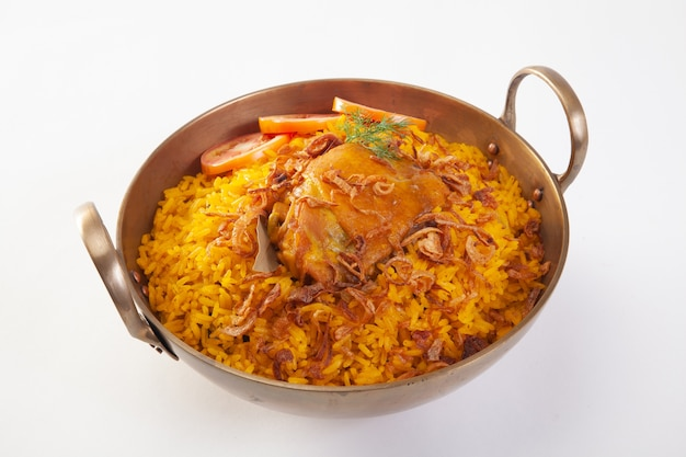 Gele rijst met kip of kip biryani met rijst