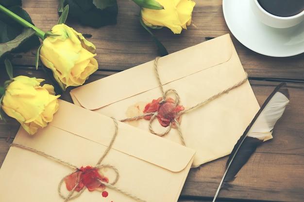 Gele roos met letters en koffie op tafel