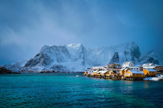 Gele rorbuhuizen, lofoten-eilanden, noorwegen
