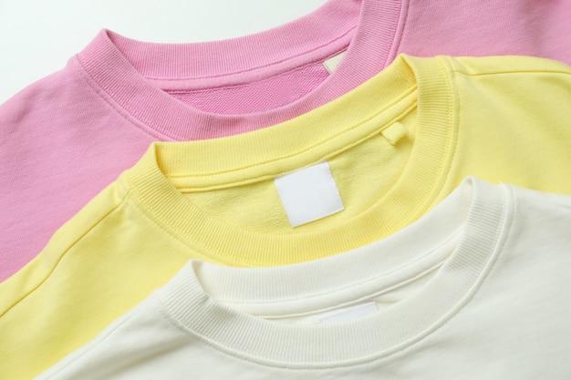 Gele, roze en witte sweatshirts, close-up