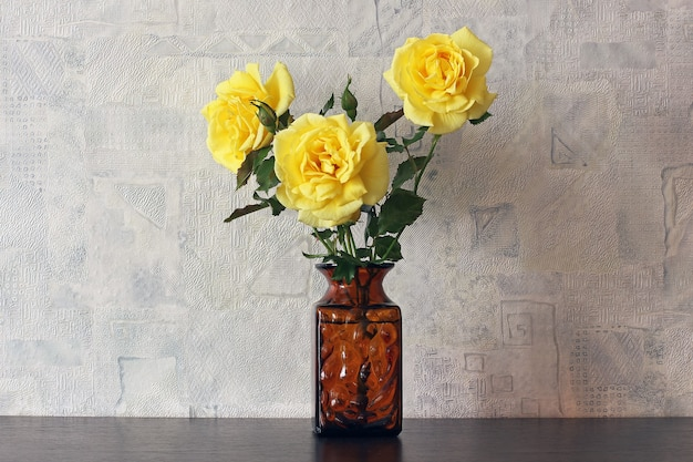 Gele rozen in een vaas