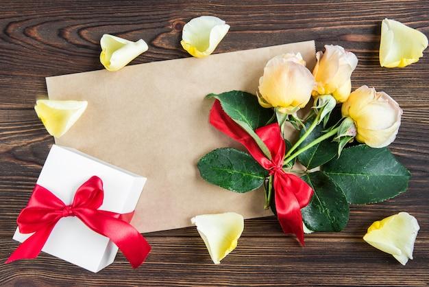 Gele rozen met geschenkdoos