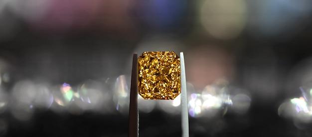 Gele saffier is een natuurlijke gele edelsteen zeldzaam en duur