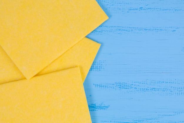 Gele servetten op een blauwe achtergrond