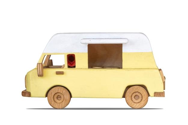 Gele speelgoed vintage eten bestelwagen geïsoleerd op wit. houten model van retro vrachtwagen voor buitenkoffieverkoop.