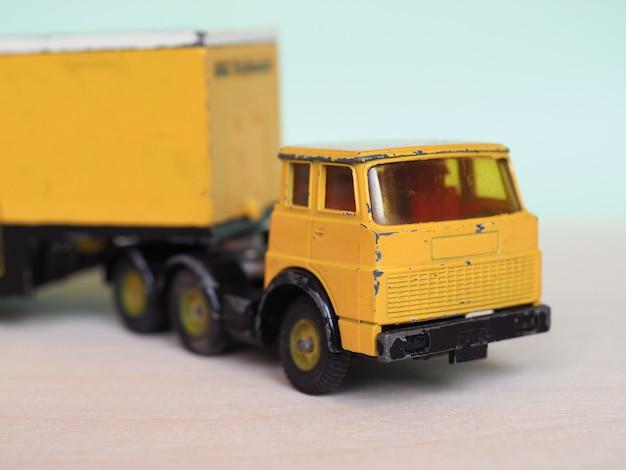 Gele speelgoed vrachtwagen