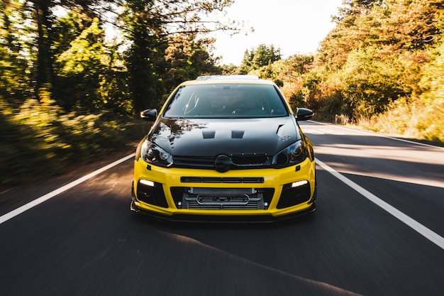 Gele sportwagen met zwarte autotuning.