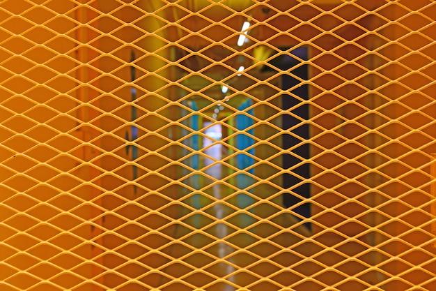 Gele stalen rooster deur