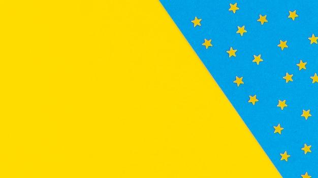 Gele sterren op blauwe achtergrond met kopie ruimte