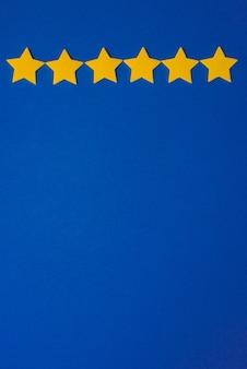 Gele sterren tegen de blauwe nachthemel. applicatiepapier rechts. kopieer ruimte. weerbericht concept