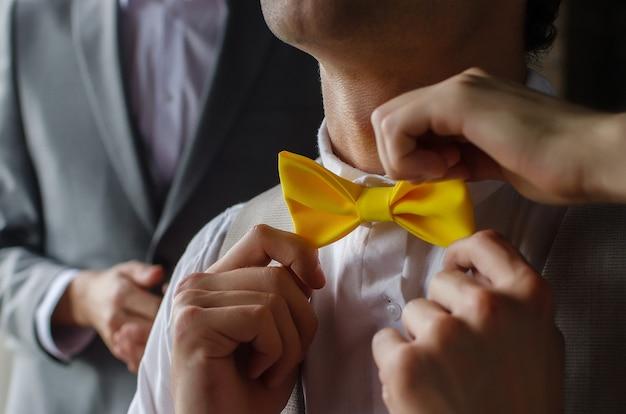 Gele stropdas vlinder op de nek van een man