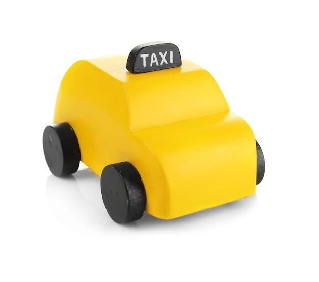 Gele stuk speelgoed taxicabine die op wit wordt geïsoleerd
