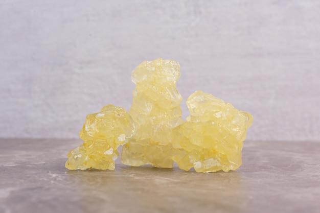 Gele suikerspin op marmeren tafel.