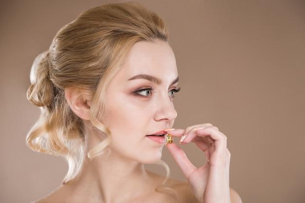 Gele tablet in de handen van een vrouw