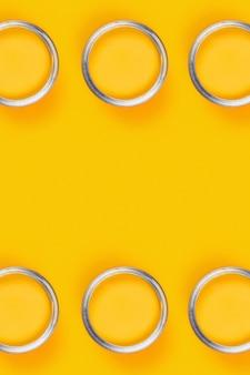 Gele tafel met zes verfpotten.