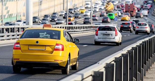 Gele taxi auto rijden op de weg in moskou, rusland