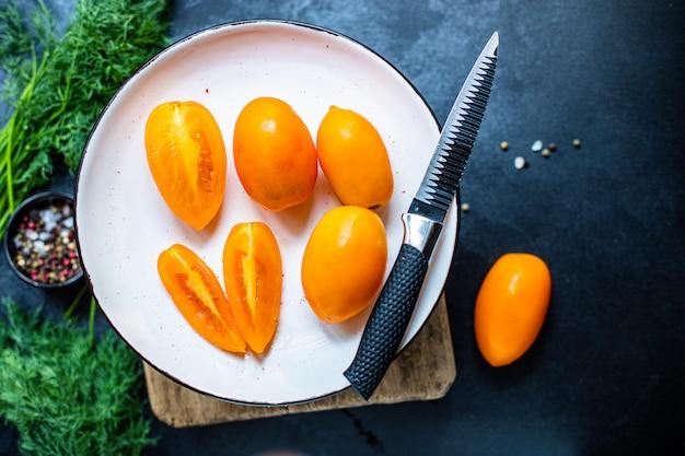 Gele tomaat plakjes salade groenten biologisch gezond eten