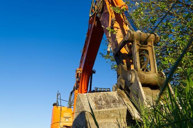 Gele tractor op het gebied, bouwmachines op gebied.