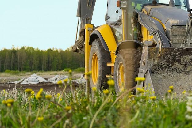 Gele trekker op het veld.