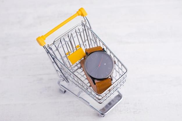 Gele trolley met hand horloge, online concept winkelen