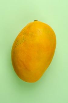 Gele tropische mango op heldergroen