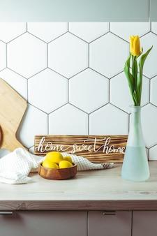 Gele tulp in vaas op de keuken