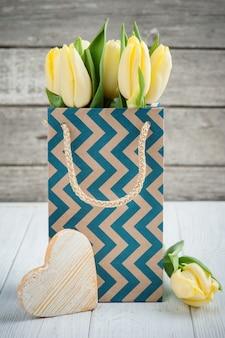 Gele tulpen in kraft-pakket