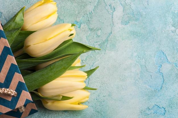 Gele tulpen in papieren zak