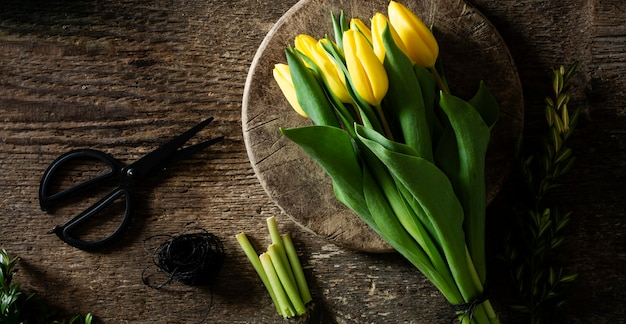 Gele tulpen op plaat