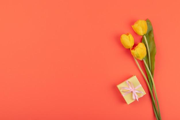 Gele tulpenbloemen, geschenkdoos n koraal