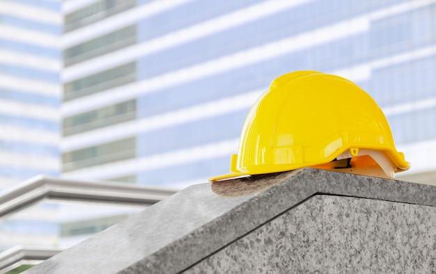 Gele veiligheidshelm helm op bouwplaats